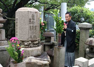 「十月大歌舞伎」襲名披露を前に齊入、右團次が墓参
