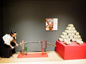 海老蔵がサプライズ登場「十三代目市川團十郎白猿 襲名記念 市川海老蔵展」開催中