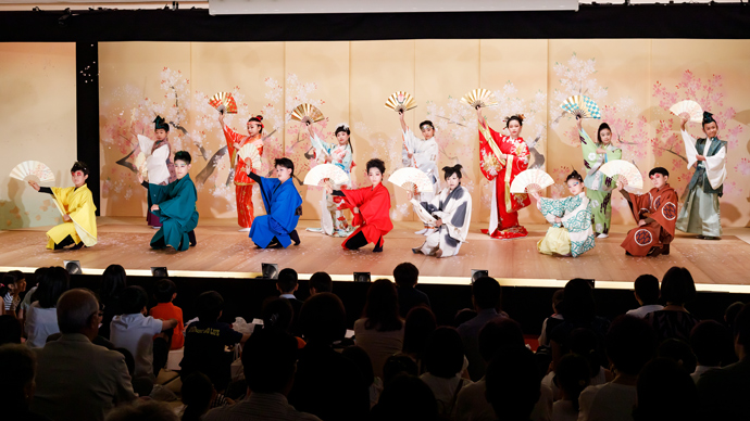 こども歌舞伎スクール寺子屋成果披露公演『贋作桃太郎 百桃かたり』が開催されました
