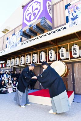 「平成中村座」初日、秋晴れに一番太鼓が鳴り響く